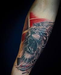 фото татуировки льва в стиле треш полька на предплечье парня фото