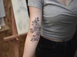 Tatuaggi Di Fiori Sul Bracciosoggetti O Elementi Decorativi