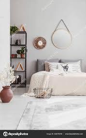 Stilvolle Spiegel Und Uhr Der Wand Des Warmen Ethno Schlafzimmer
