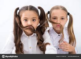 Holčičky Se Knír S Dlouhými Vlasy účes Koncept Malé Dívky Aving
