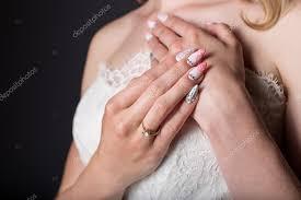 Rukou Krásnou Dívku Nevěsta V Bílé Svatební šaty S Akrylové Nehty A