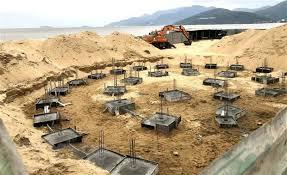 Yêu cầu tháo dỡ công trình không có giấy phép trên bãi biển Quy Nhơn | Bất  động sản | Vietnam+ (VietnamPlus)