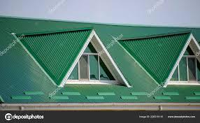 Das Haus Mit Kunststoff Fenster Und Einem Grünen Dach Aus