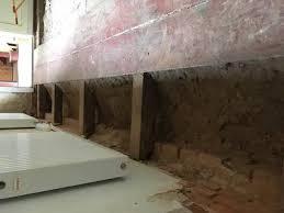 Mit jedem schritt spürt man unbewusst den untergrund auf dem massiver holzboden in esche, schwimmend verlegt. Der Fussbodenaufbau