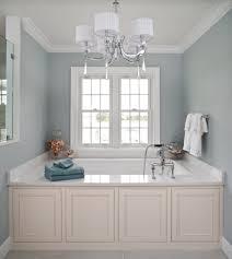 Helle Badezimmer Ist Effizient Mit Fenster Und Spiegel Wandleuchte