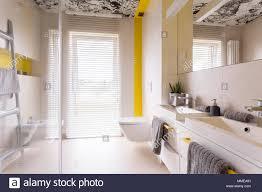 Frische Und Helle Moderne Badezimmer Mit Beigefarbenen Fliesen