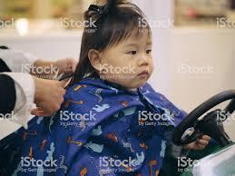 アジアの赤ちゃん女の子は髪カットは初めて 1人のストックフォトや画像