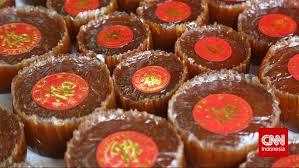 Biasanya, masyarakat tionghoa menata kue ini diatas keranjang makanan yang berwarna merah. Merekatkan Kembali Kekerabatan Lewat Kue Keranjang