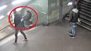 Die tat erinnert an den fall einer jungen frau, die ende oktober 2016 eine treppe hinuntergetreten worden war. Berlin Neukolln Mann Tritt Frau Die Treppenstufen Runter B Z Berlin