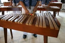 Alat musik ini memiliki 11 hingga 13 pasang dawai yang siap dipetik. 30 Alat Musik Tradisional Indonesia Yang Terkenal Bukareview