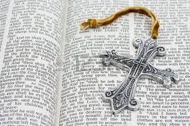 """Résultat de recherche d'images pour """"photo d'une bible avec une croix"""""""