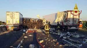 Incidente A14 vicino Bologna: scontro fra 3 Tir, autostrada chiusa e  riaperta tra Borgo Panigale e