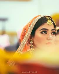 light and simple bridal makeup and a golden maang tika