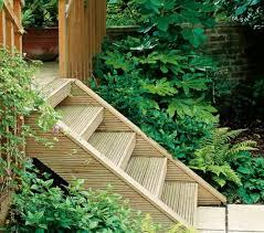 Das bauen der treppe bestand im wesentlichen aus drei dingen: Holztreppe Bauen Im Garten Kieswege Gestalten Umgebung Von Grunen Pflanzen Gartentreppe Treppe Bauen Aussentreppe Bauen
