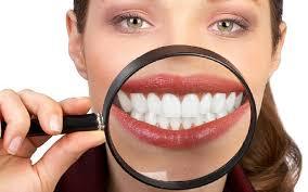 Bleka tänderna med kokosolja