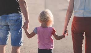Image result for pais de mãos dadas com os filhos