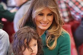 Мелания Трамп в изумрудном <b>пальто Prada</b> раздала подарки ...