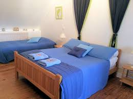 red room 3 single beds