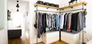 Offener Kleiderschrank Im Schlafzimmer Kleidertsange Um Die Ecke
