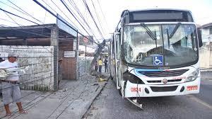 Motorista passa mal e bate ônibus lotado em poste no Tambiá, em João Pessoa  | Paraíba