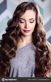 Krásná Mladá Brunetka žena Dlouhé Kudrnaté Vlasy Večerní Líčení