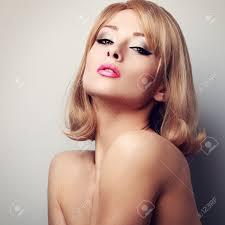 ホットでセクシーな女性きれいな完璧な顔の皮膚と短い金髪の髪型ポートレートクローズ アップ