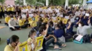 หน้าเสาธงยังคึกคัก นักเรียนนัดติดโบขาว ชู 3 นิ้ว ร้องเพลงชาติต่อเนื่อง