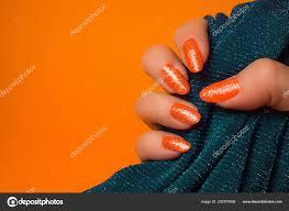 ženská Ruka Třpytily Oranžové Nehty Drží Tyrkysové Textilní Oranžové