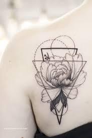 тату цветы пион с геометрией в графике тату для девушек на спине
