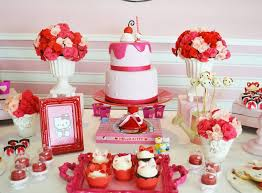 Cool Table Decoration With Centerpieced Cake And Desserts Cupcakes