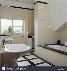 Schwarz Weiß Gefliesten Boden In Modern Gefliestes Badezimmer Mit