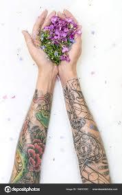 цветы татуировки руки девушки с татуировками и цветы стоковое