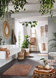 Tropisches Badezimmer In Grün Mit Accessoires Aus Holz Bathrooms