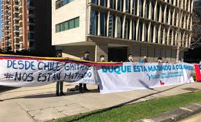 Organizaciones migrantes y de DD.HH. protestan en la embajada de Colombia  contra represión policial « Diario y Radio Universidad Chile