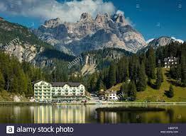 Die Reflexionen des Grand Hotel Misurina Lago Misurina mit dem Cristallo  drohenden Jenseits, Dolomiten, Belluno, Italien Stockfotografie - Alamy