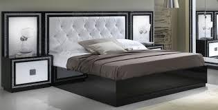 Lit Noir Et Blanc On Decoration D Interieur Moderne Parure De Lit