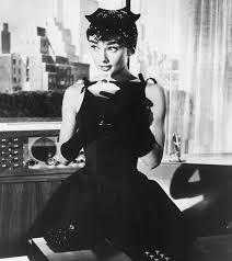 Audrey Hepburn est en petite robe noire créé par Monsieur Givenchy