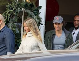 Goop founder gwyneth paltrow has a unique living situation with glee producer brad falchuk. Who Is Brad Falchuk Meet Gwyneth Paltrow S New Husband