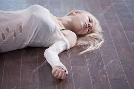 Resultado de imagem para mulher morta no chao