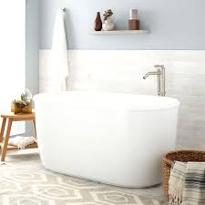 how many gallons of water does a standard size bathtub hold