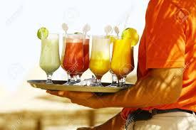 Playa Cócteles Bebidas En La Sirviendo Y Camarero