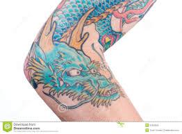 голубая татуировка дракона на руке стоковое изображение
