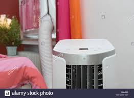 Klimaanlage Im Schlafzimmer Mit Abluftschlauch Durch Das Fenster