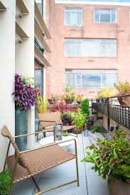 Terrasse Und Balkon Mit Pflanzen Und Blumen Gestalten Kleiner Balkon Gestalten Metall Gelander Pflanzen Kasten