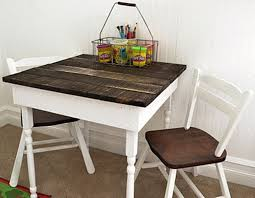 diy kids pallet dining table with chairs via shelterness com