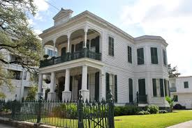 one of many mansions in the new orleans garden district laid out in 1832