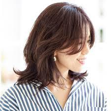 髪の多さも軽減してくれるくびれフォルムのミディアムヘア40代の