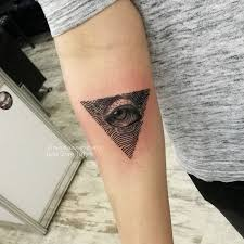 фото татуировки на руке в стиле графика гравюра глаз в треугольнике
