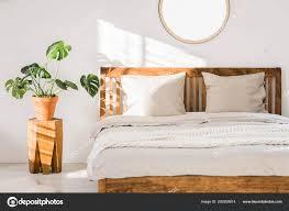 Doppelbett Aus Holz Mit Weißen Kissen Bettwäsche Und Gestrickte