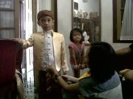 Model potongan rambut untuk anak cowok ini bisa mama coba langsung di rumah! 30 Ide Keren Model Baju Kartini Buat Anak Cowok Maria Space